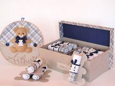 Serve para acomodar e transportar as lembrancinhas para a maternidade e depois, ao voltar para casa, a mamãe poderá usá-la como caixa organizadora que, além de favorecer a decoração do ambiente, propicia uma adequada arrumação de vários objetos do bebê.    A caixa mede 40x25x12 cm, feita em MDF e...