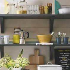 Prateleiras abertas para organizar a cozinha