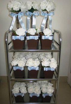 Conjunto de rosas em e.v.a cor branco puro e laço chanel de cetim azul bebê, no cahepô em MDF