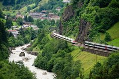 Wird die Panorama-Strecke an den hohen Kosten scheitern? Zwei Personenzüge der SBB fahren durch das Reusstal auf der Gotthard-Bergstrecke bei Gurtnellen. (Archivbild)
