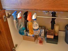 Vett pár függönykarnist és felakasztotta őket a konyhában. Én még ilyen praktikus ötletet nem láttam! - Ketkes.com