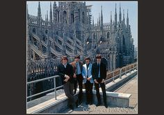 I Beatles in posa sulla terrazza dell'hotel Duomo a Milano (foto di Farabola)