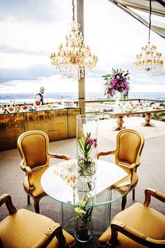 Maria Thereza e Luiz Flávio tiveram um casamentointimista na casa dos pais da noiva, em Belo Horizonte. A cerimônialeve ao pôr do sol combinou bemcom o