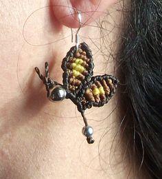 Pendientes mariposa en macrame - www.loopin.es/creacionesoasis - Pendientes hechos en macrame, con hilo encerado. G...