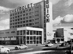 1951•     Se inaugura el edificio Cars, propiedad de empresario Armando Planchart, diseñado en el año 1948 por la General Motors Overseas Operations (Detroit), ubicado en la urbanización Los Chaguaramos, Caracas, contiguo a la Plaza Las Tres Gracias,. Esta obra está integrada por una torre de oficinas, un espacio para exhibición y un concesionario de automoviles, así como faciliades para dar servicio.