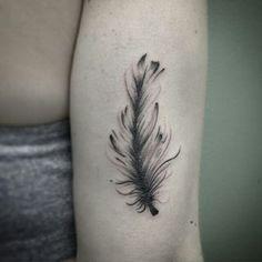 """Tatuagem feita por <a href=""""http://instagram.com/mr.torture"""">@mr.torture</a> =) Léo Valquilha - tu/SP Brasil  11 2429-5787 leo_wotantattoo@outlook.com """"A pena simboliza a sorte, a proteção, a fecundidade, a clarividência, a fantasia, a lua, a justiça, o poder, o pensamento."""""""