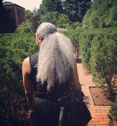 This is how my hair will look in 30 years. Silver Grey Hair, Gray Hair, Black Hair, Curly Hair Styles, Natural Hair Styles, Pelo Natural, Ageless Beauty, Natural Hair Journey, Natural Life