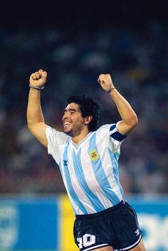 Diego gritando el gol que acaba de convertir Caniggia a Italia en la semifinal del Mundial de Italia 1990.