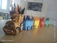 Поделка изделие Плетение Загудел паровоз карандашики повез Бумага газетная фото 1 Paper Weaving, Weaving Art, Paper Vase, Diy Paper, Willow Weaving, Basket Weaving, Art N Craft, Craft Work, Paper Shaper