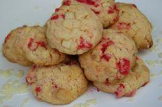 De délicieux cookies, très gourmands! Ingrédients pour une vingtaine de cookies : 110g de beurre mou 165g de sucre 1 sachet sucre vanillé 1 oeuf 1 pincée de sel 225g de farine 1/2 cuill. à café de levure 120g de pépites de chocolat blanc 120g de pralines...