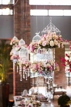 Gaiolas com flores para decoração