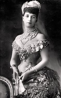 Princess Alexandra of Denmark, who married Edward Prince of Wales and became Queen of England upon the death of Queen Victoria. In the 1900s, most fine jewelry was white and made from either white diamonds or pearls. Queen Alexandra used pearl jewelry in the form of dog collar chokers, called a 'collier de chien' to cover the presumed scar on her neck.