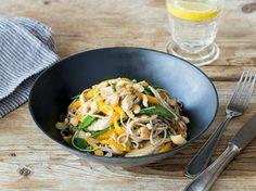 Hähnchen-Soba-Nudel- Salat mit Zuckerschoten, Mango und Sesam-Dressing