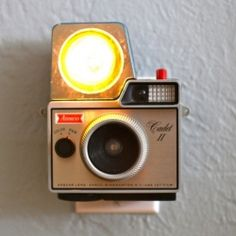 Photographer Jason Hull has been busy repurposing his collection of vintage cameras from the 1950s and 1960s into fantastic night lights.