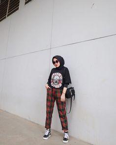 Casual Hijab Outfit, Ootd Hijab, 90s Outfit, Hijab Chic, Airport Fashion Kpop, Street Hijab Fashion, Ootd Fashion, Fashion Outfits, Stylish Outfits