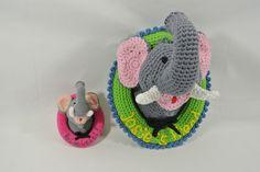 Het olifantje uit de reeks wandborden met eigen tekst, gehaakt met naald 2,5 (12cm) en naald 6 (30cm). Haakpret