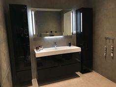 Ja hvorfor ikke gå for en sort baderomsinnredning? Utrolig lekkert og lunt! Her er MIE innredningen og høyskap fra det utrolig flotte badet til @angelinenilsen. Takk for at vi får lov å dele! #vikingbad #baderom #nordichomes #nordiskehjem #baderomsinspo #baderomsinspirasjon #interior123 #interior4u Norwegian House, Bathroom Inspo, Bathroom Lighting, Mirror, Instagram Posts, Furniture, Home Decor, Tutorials, Bathroom Light Fittings
