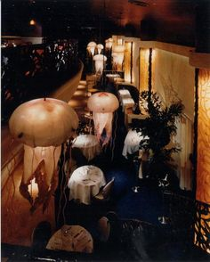 My 3rd favorite seafood restaurant in American (after Portland's venerable Oyster Bar, & Point Loma Seafoods, right here in good, ol' San Diego), is Farallon, in San Francisco.  Their cuisine is delicious, yes, but their stunning, blown-glass jellyfish chandeliers look positively real!
