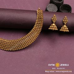 Get modern, the old-fashioned way! Find inspiration from classics, give it a modern twist and here you get an elegant statement yellow gold Short necklace and earrings-a stunner for any occasion. Gold Ring Designs, Gold Bangles Design, Gold Earrings Designs, Gold Jewellery Design, Necklace Designs, Gold Set Design, Jhumka Designs, Diamond Jewellery, Gold Wedding Jewelry