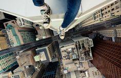 Roof Topper / Tom Ryaboi  Voici une sélection de clichés du photographe canadien de Toronto Tom Ryaboi dont la passion est de prendre des photos à partir du haut des gratte-ciel, bâtiments et autres structures surélevées.
