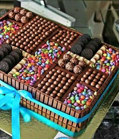 Kit Kat Chocolate Box Cake - this makes the ideal gift and it's easy to recr. Kit Kat Chocolate Box Cake - this makes the ideal gift and it's easy to Chocolate Box Cake, Chocolate Lovers, Chocolate Heaven, Choco Chocolate, Candy Cakes, Cupcake Cakes, Sweets Cake, Box Cake Recipes, Decoration Patisserie