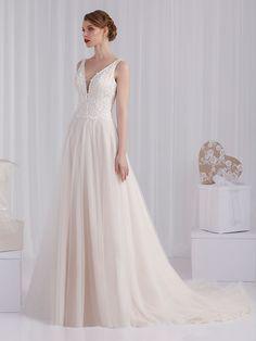 Traumhaftes Brautkleid mit Spitzenapplikationen auf dem Oberteil, tiefem V-Neck und Tüllrock. Formal Dresses, Wedding Dresses, Tops, Fashion, Gown Wedding, Dresses For Formal, Bride Dresses, Moda, Bridal Gowns