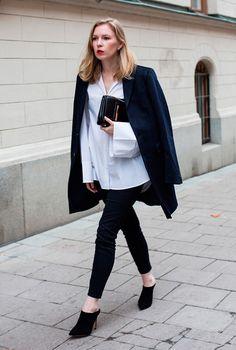 Street style look com camisa branca, blazer, calça e mule.