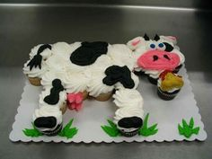 COW CUPCAKE CAKE...absolutely adorable!! This would be so cute to make for a birthday party & it's SO easy! Featured on our BEST Pull-Apart Cake Ideas!  http://kitchenfunwithmy3sons.com/2016/04/best-cupcake-cake-ideas.html/