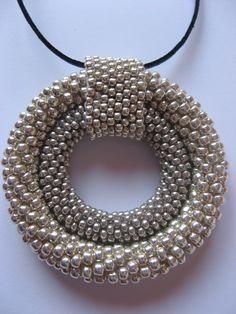 wisior z koralików Toho 80 i 110 oraz Preciosa 110 w dwóch odcieniach srebra