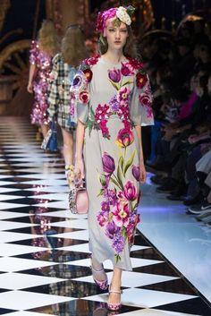 Get inspired and discover Dolce & Gabbana trunkshow! Shop the latest Dolce & Gabbana collection at Moda Operandi. Moda Fashion, Fashion 2017, Couture Fashion, Runway Fashion, Fashion Show, Fashion Design, Vestido Dolce Gabbana, Dolce And Gabbana 2017, Pretty Dresses