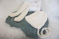 Barselgave. Shorts fra Den Store Guttestrikkeboka, strikket i Drops Alpaca. Lue og vottesokker fra Myk Start, strikket i silkeull fra Nøstebarn. #knit #baby #babybonnet