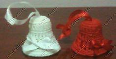 Enfeites para árvore de natal - sinos em crochê. Tamanho: 4,5 x 4 cm. Pronta-entrega. Cores: branca e vermelha. #natal #sinos #crochê #christmas