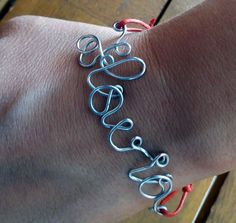 Idea regalo fai da te: bracciale con scritta con filo di ferro