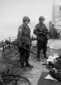 Militairen op de Waalbrug van Nijmegen