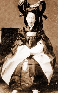 Empress Myeongseong October 1851 – 8 October also known as Queen Min, was the first official wife of King Gojong, the twenty-sixth king of the Joseon dynasty of Korea. Asian History, Women In History, Old Pictures, Old Photos, Korean Traditional Clothes, Kung Fu, Laos, Qi Gong, Burma