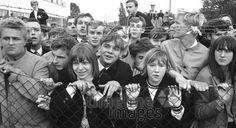 Fans warten auf die Rolling Stones Hermann Schröer/Timeline Images #1965 #60s #60er #Rock #Konzert #Musik