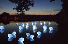 Water bij je trouwlocatie? Versier het meer met ballonnen vol ledlampjes. Veilig voor de natuur en het effect is prachtig!
