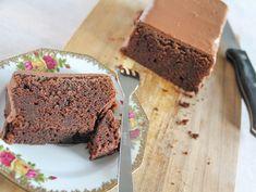 In deze chocolade cake zit een reep Tony chocolonely en als glazuur heb ik gesmolten bonbonbloc gebruikt. 400 gram chocolade totaal. Need I say more?