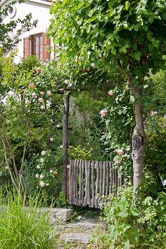 Il fascino del legno in giardino wooden fence, mediterranean garden garden gates