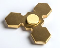 Fierce looking goldenTri Fidget Spinner by ZakuFDM en Etsy. Check out our super awesome Dizzy Spinners at www.dizzyspinners.com.
