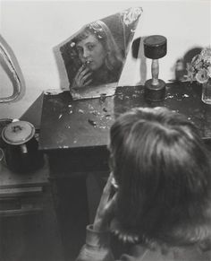Saint Germain des Pres, 1948 - by Robert Doisneau Robert Doisneau, Vintage Photography, Amazing Photography, Street Photography, Mirror Photography, Hugging Drawing, Photo Portrait, French Photographers, Henri Cartier Bresson