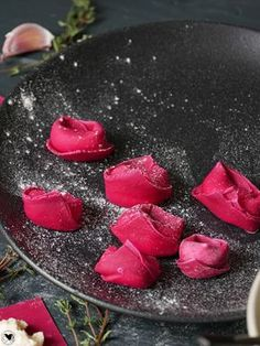 Beetroot tortellini with goat cheese filling and brown butter - Veggie - Noodles Sicilian Recipes, Greek Recipes, Tortellini Recipes, Pasta Recipes, Veggie Pasta, Pasta Carbonara, Cream Cheese Filling, Fresh Pasta, Brown Butter