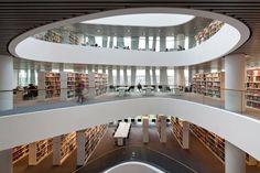 Biblioteca de la Universidad de Aberdeen  LUCERNARIO. El techo de cristal provee luz natural buena parte del día.