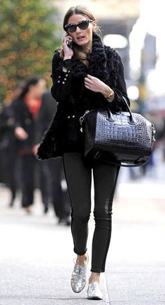 Former reality TV fashionista, Olivia Palermo hit the streets of New York City in a pair of Hudson Leeloo Jeans in Evergreen, a pair of metallic oxford shoes & a breath taking Givenchy handbag. Estilo Olivia Palermo, Olivia Palermo Lookbook, Olivia Palermo Style, Silver Brogues, Metallic Oxfords, Silver Shoes, Black Silver, Star Fashion, Look Fashion
