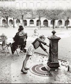 """""""Place des Vosges, l'enfant à la fontaine"""" (1956), une photo de © Christian Lemaire (°1932)  (Paris 3ème/4ème)"""