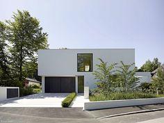 Moderne einfahrten einfamilienhaus  modernes garagentor holz design haus beleuchtung beton zaun | ELLI ...