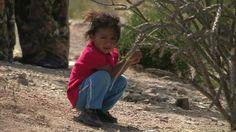 Niña de tres años de una familia migrante guatemalteca