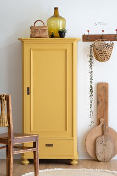 Beautiful old cabinet in the trendy color yellow. Furniture Makeover, Home Furniture, Furniture Design, Old Cabinets, Interior Decorating, Interior Design, Style At Home, Interior Inspiration, Interior And Exterior
