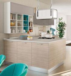 petite cuisine avec peinture murale en beige clair, armoires en gris clair, blanc et bois clair