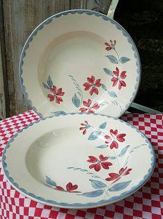 Rare paire de fabuleux Antique French Art-déco Digoin Sarreguemines Ardèche peint à la main Design gris bleu & rouge pâtes / salade plats